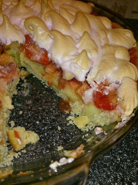 Rabarber och jordgubbspaj med vaniljkräm toppat med marängtäcke