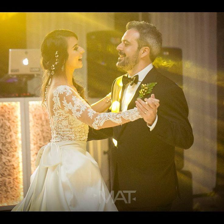 ¡Un #baile para toda la vida! Foto   @Matfotografia   Contáctanos al 3106158616 / 3206750352 /   3106159806 y reserva desde ya, atendemos   todos los días de la semana y fines de semana   incluido festivos. www.zonae.com   #ZonaE #ElEstablo #ZonaELlangrande   #BodasAlAireLibre #BodasCampestres   #weddingplaner #bodasmedellin #CasaBali   #GreenHouse #Eventos