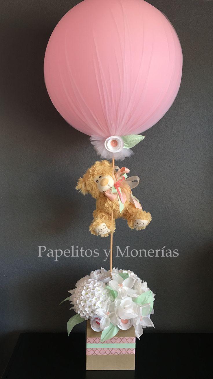Centro de mesa hecho con flores de papel crepe, filtros de café, tissue paper, globo de 24 pulgadas y oso de 13 pulgadas.