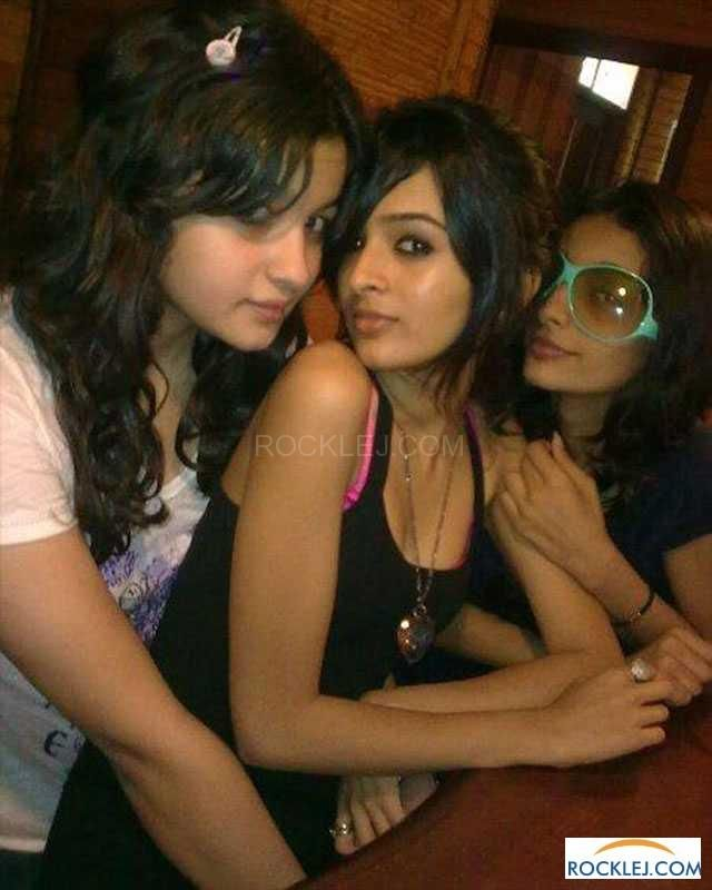 Cute Alia Bhatt Unseen Rare Photos with Friends and Family