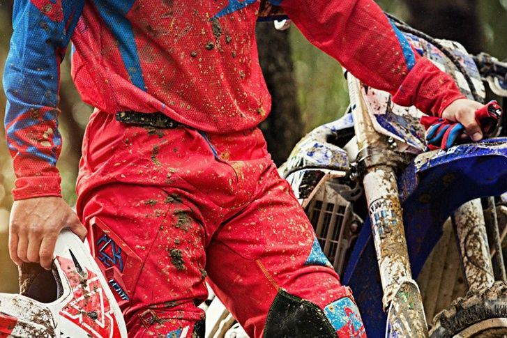 LEATT   Esperar pelo fim de semana é a pior parte! A Leatt, empresa especializada em equipamentos de protecção para off-road e motocross, continua a inovar nos seus produtos e a melhor a qualidade e design a que já nos habituaram. Aqui ficam as principais novidades em termos de vestuário, joelheiras e cotoveleiras. #leatt #andardemoto #motocross #offroad #calças #camisolas #luvas #joelheiras #cotoveleiras #dedicação #qualidade #design #segurança #conforto #equipamento