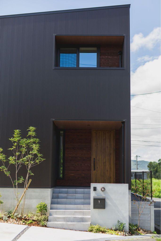 玄関と窓位置をそろえたシンプルモダンな佇まい ルポハ