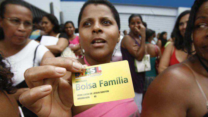 Usuários do Bolsa Família em Salvador buscam informações sobre bloqueio inexplicado do benefício em 2008