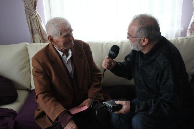 Îl cheamă Gheorghe Smerică şi, la cei 93 de ani ai săi, este cel mai vârstnic olar din România. Povestea vieţii acestui om seamănă cu a multor români al caror destin s-a frânt, odată cu izbucnirea celui de-al doilea război mondial.