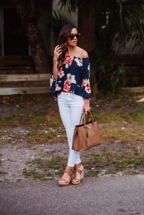 Chica usando una blusa sin hombros y un pantalón en color blanco