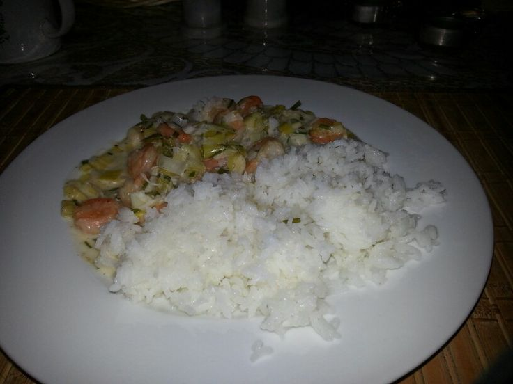 Leeks with shrimps in a curry sauce and balsamic rice
