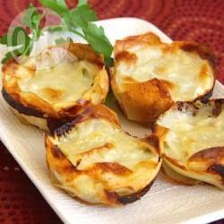 Batata gratinada ao molho branco e queijo @ allrecipes.com.br - Essa batata gratinada é feita em formas de cupcake ou muffin, já saindo em porções individuais. O melhor é que é super fácil de fazer!