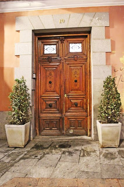 Penny In Wanderland: Photo Diary: The doors in Madrid by night!