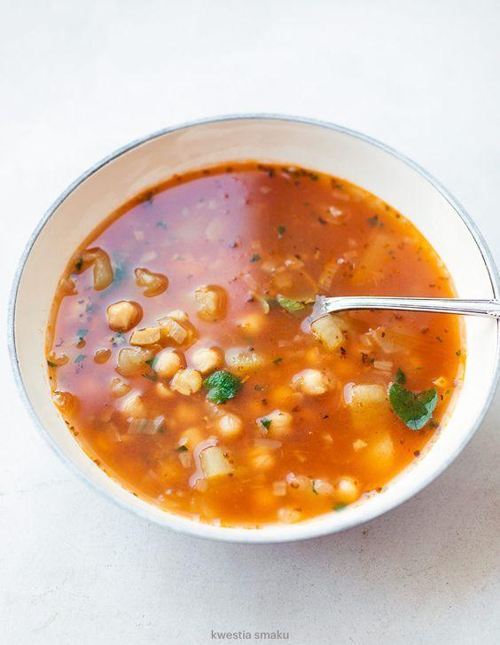 Zupa z ciecierzycy  SKŁADNIKI   4 PORCJE, PO 279 KCAL 1 szklanka suchej ciecierzycy (lub 1 puszka już ugotowanej) 1 łyżka oliwy extra vergine 1 mała cebula 1 ząbek czosnku przyprawy: 1 łyżeczka majeranku, po 1/2 łyżeczki kurkumy, kolendry, kuminu lub kminku 1,5 litra bulionu lub rosołu lub wywaru 4 ziemniaki 250 ml przecieru/passaty pomidorowej 1/2 szklanki czerwonej soczewicy posiekane zioła: kolendra, natka, oregano (wszystkie lub jedno wybrane)