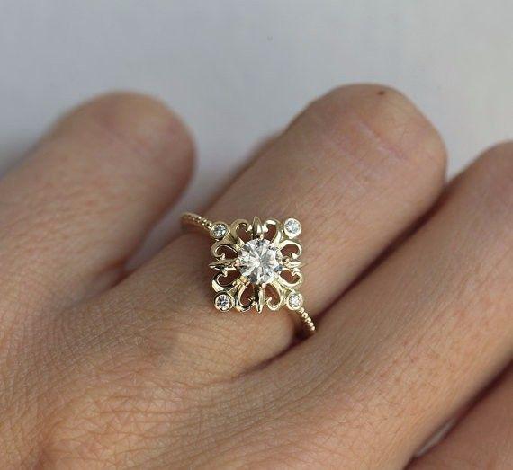 素晴らしいアール・デコのモアッサン&ダイヤモンドリング。Charles and Colvardがこの非常に硬く、ダイヤモンドに匹敵するモアッサンを導入しました。エンゲージリングだけではなく、大切な人へのプレゼント、または自分用のリングとしてもぴったりです。商品の詳細✳︎ 14kソリッドゴールド✳︎ メインストーン モアッサン、5mm✳︎ 周りのストーン ダイヤモンド(4)、全カラット0.12、明度VS、色度G写真のリングは、イエローゴールドですが、ホワイトゴールド、ローズゴールド、または18kソリッドゴールド、プラチナでも作製できます。なお、モルガナイト、オパール、パール、ターコイズ、ローズ・カットダイヤモンドなど他のストーンを使用することも可能ですので、希望の方は購入前にご連絡ください。【注意点】※ローズゴールド、18kソリッドゴールド、プラチナの場合、お値段が変更されますので、希望の方は購入前にご連絡ください。専用リストを作ります。・14kローズゴールド → 138000円・18kソリッドゴールド → 156000円・18kローズゴールド →…