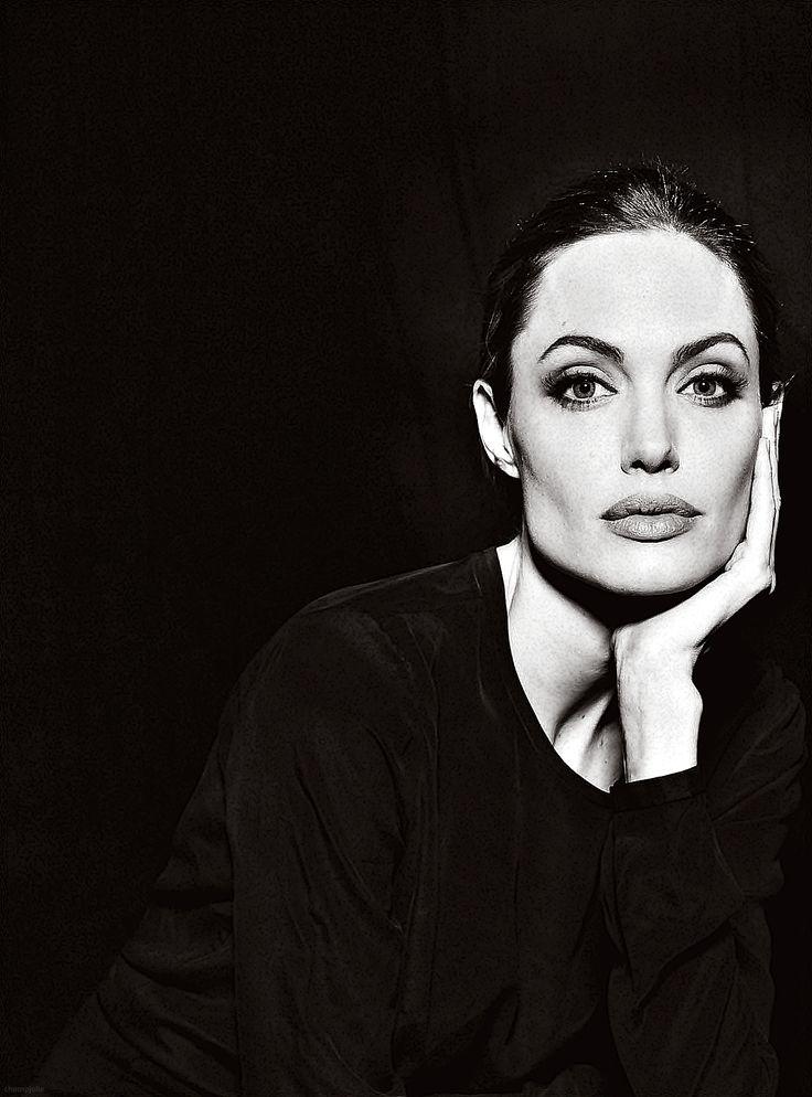 Angelina Jolie es preciosa. Me parece una mujer 10 en todo. Es generosa…