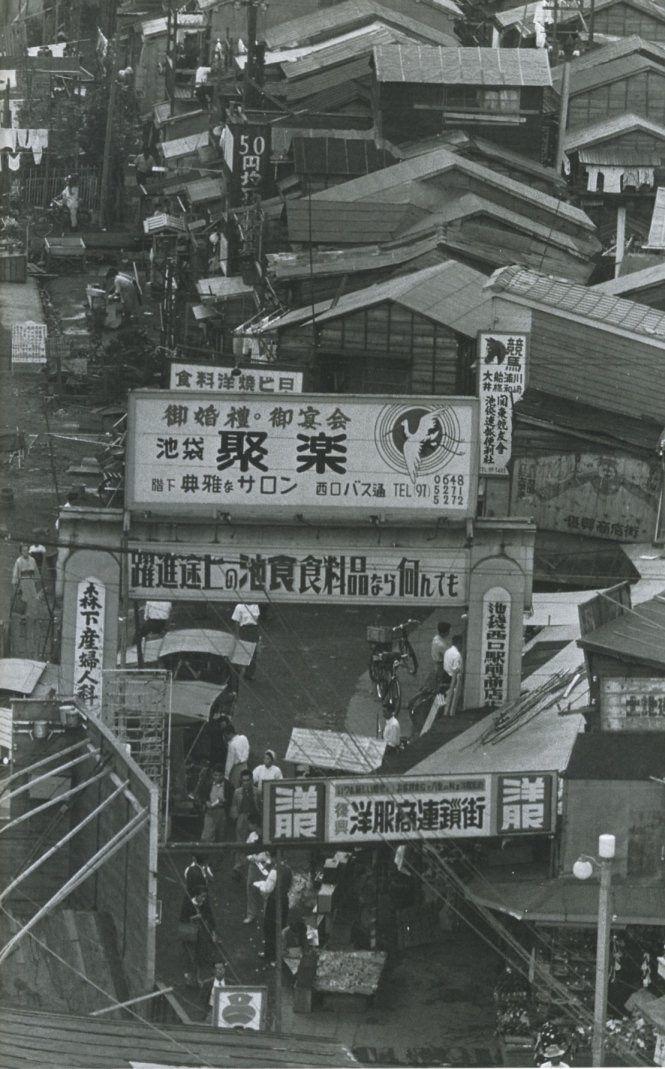 1954年(昭和29年)。池袋駅の駅前西口商店街です。見た感じで分かるように戦後のヤミ市が発展して商店街となった所です。60年代まではこういう雰囲気が残ってたそうです。