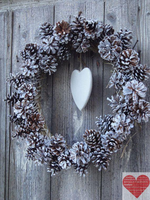 Ghirlanda di natale con pigne e cuore in legno di RomantikPony