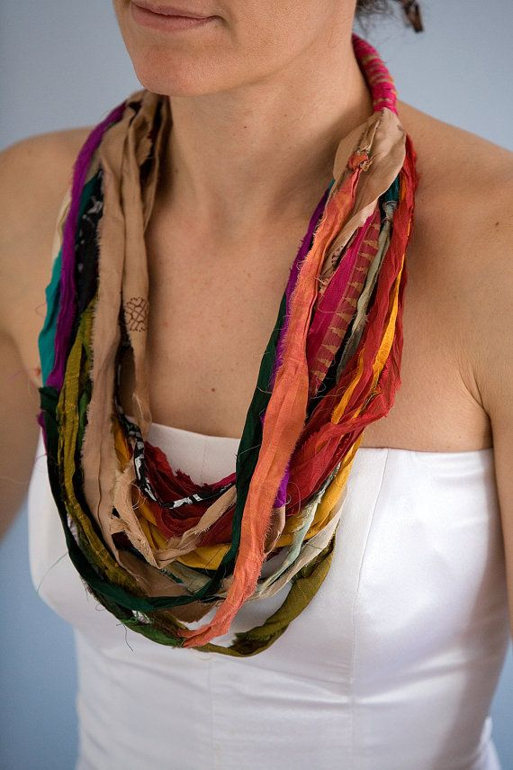 Kaulakoru sarisilkkinauhasta / Sari silk ribbon necklace