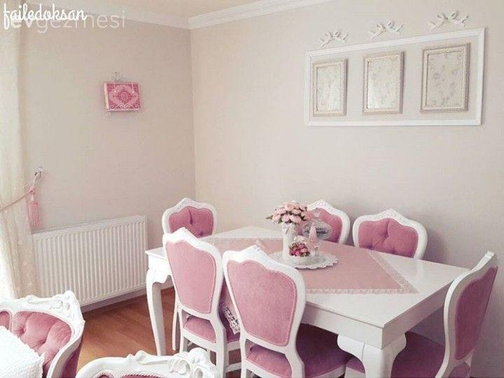 Sırada klasik stilde döşenmiş pespembe bir ev var.. Faile Hanım, eşi ve kızıyla beraber yaşadıkları evlerinde pembe ve beyaz monokrom stili tercih etmiş.. Klasik stildeki mobilyalarını 2 sene önce kap...
