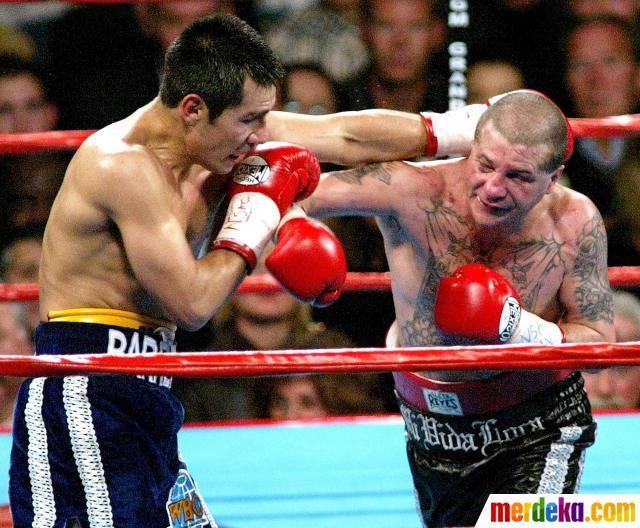 Petinju juara dunia lima kali meninggal dunia. Foto 2 November 2002, saat Johnny Tapia (kanan) bertarung melawan Marco Antonio, di ronde pertama kelas bulu di Arena MGM Grand Garden, Las Vegas, Nevada.