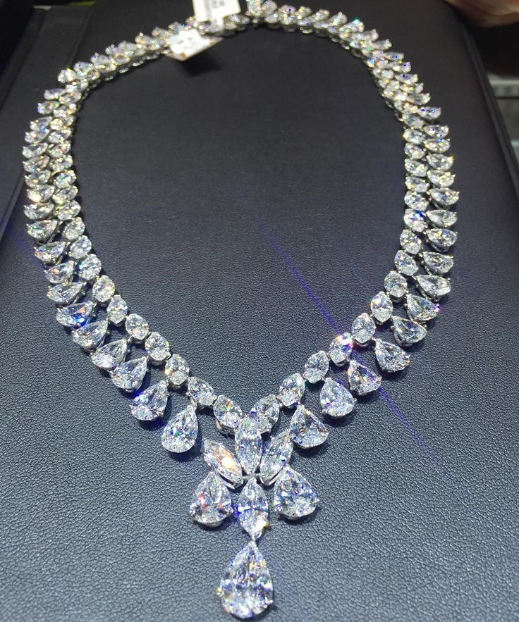Incredible evening at the wonderful opening of the new @diamondsbyraymondlee store on south Florida! What a selection! And @the_diamonds_girl chose this stunning diamond necklace as one of her favorite picks of the night.... More to come!!! #diamondsbyraymondlee #ravishingraymond #thediamondsgirl #beautiful #luxuryjewelleryevents #bocaraton #boca #diamond . Photo credit to @the_diamonds_girl