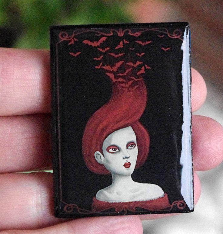 Broche Pelo rojo. Pin madera con ilustración de mujer gótica. Broche con ilustración propia de estilo gótico. de Villaoscura en Etsy