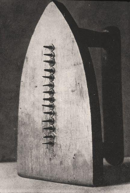 Le cadeau, 1921, photographie de Man RAY.