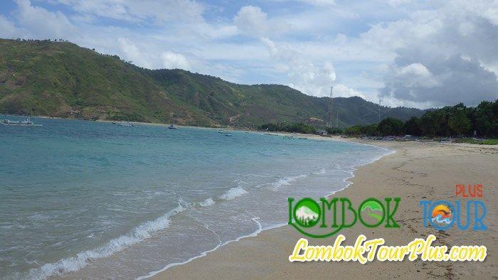 Wisata Pantai Kuta Lombok. yyyuk berkunjung ke obyek yang satu ini bersama LombokTourPlus pasti tidak akan mengecewakan.