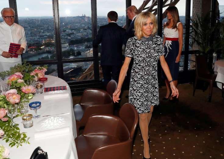 Brigitte et Emmanuel Macron et Donald et Melania Trump au deuxième étage de la Tour Eiffel, où ils o... - YVES HERMAN/AFP