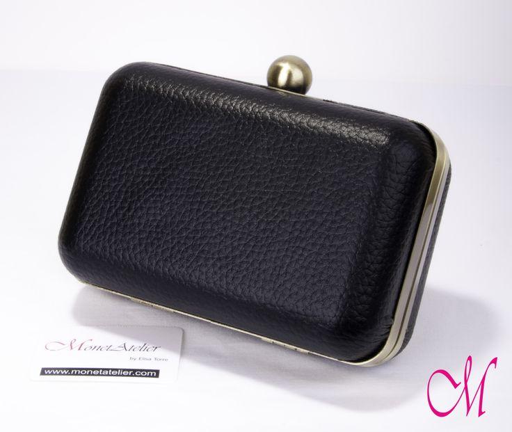 Bolso-clutch en piel negra con boquilla metálica en bronce viejo con interior en tela aterciopelada en diferentes tonos. www.monetatelier.com