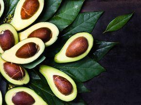 Avocado gilt nicht nur als Superfood. Avocado ist auch Trend. Kaum ein Gericht scheint heute ohne die saftig grüne Frucht mit der knubbeligen Schale vollwertig – ob auf dem Frühstücksbrot, im Salat, in der Gemüse-Bowl oder im grünen Smoothie. Überdrüssig wird man ihr deswegen nicht. Und das ist auch gut so, denn: Eine neue Studie hat jetzt nachgewiesen, dass eine Avocado pro Tag sogar beim Abnehmen hilft.
