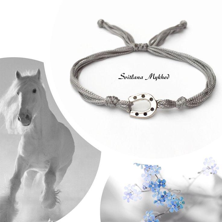 """Bracelet porte bonheure """"Fer à cheval"""" fils satin gris . Bracelet de l'amitié, de l'amour à offrir ou s'offrir... : Bracelet par perles-et-couronnes"""