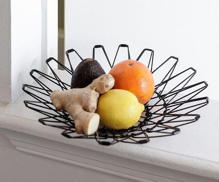 Multifunkční drátěný košík může být, čím zrovna chcete. Mísou na ovoce, která dobře větrá, odpadkovým koše na papír v pracovně či dekoračním talířem pro mušle z dovolené od moře. Je to jen na vás!
