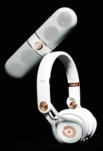 rose gold tone headphones and speaker  http://rstyle.me/n/tygqepdpe
