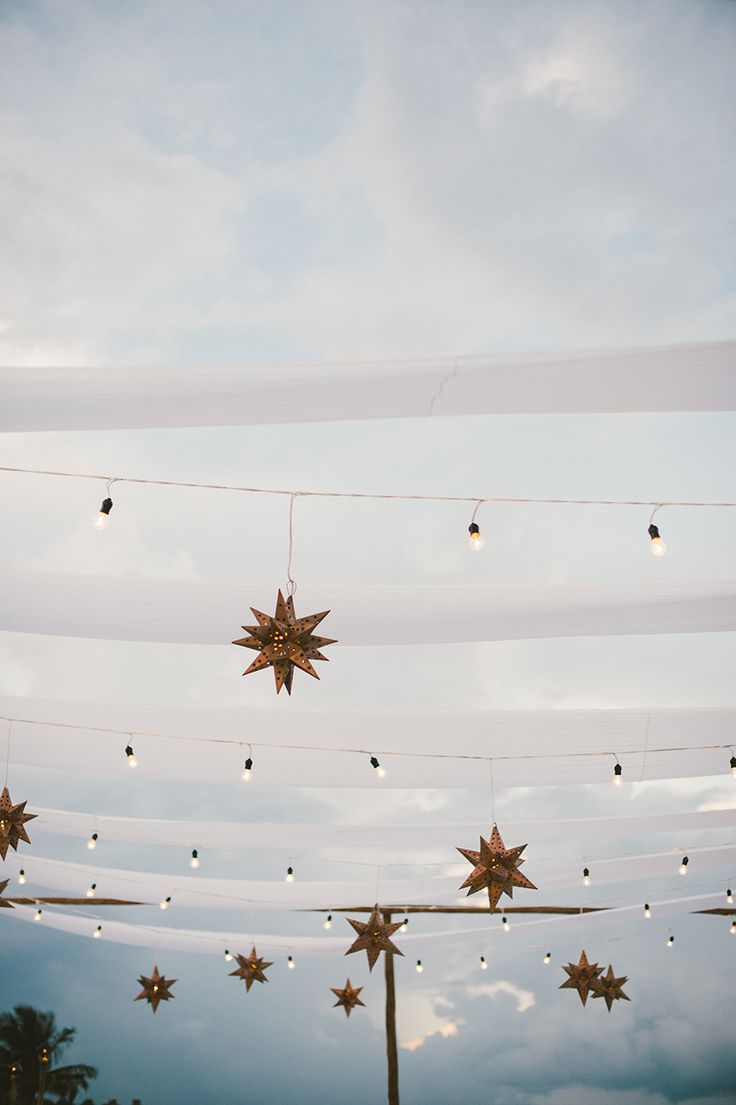 Lanternes étoiles, guirlandes scintillantes sur ciel pastel