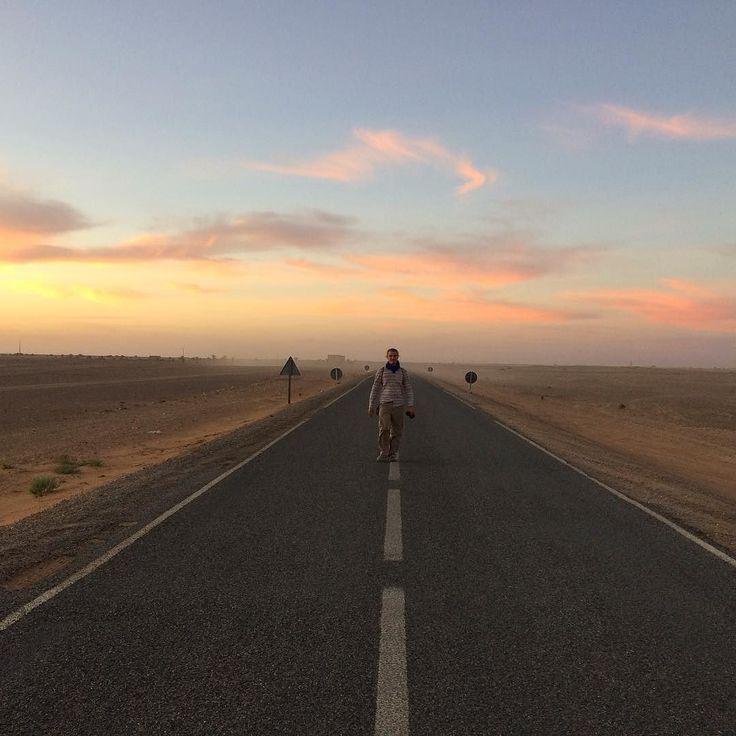 Nous sommes à Khamlia un tout petit village de musiciens gnaoua aux portes du Sahara. Rencontres exceptionnelles et paysages magnifiques...  #ontheroad #sunset #instatravel #travelgram #maroc #khamlia #sahara #gnaouamusic #bonneetoile #suivresonintuition #despasdanse #despas