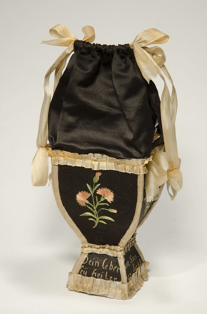 Bag 'Ridicule' made by silk satin, silk ribbon, silk embroidery, cardboard, 1800-1810. http://www.lasegunda.com/Noticias/CulturaEspectaculos/2013/04/839282/Bolsos-historia-de-la-cultura-europea-de-los-siglos-XVI-a-XXI