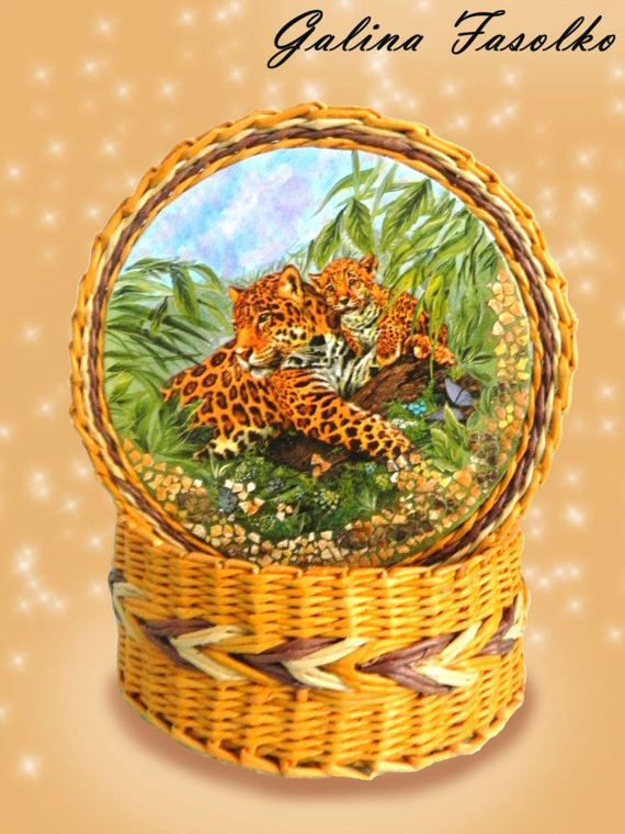 A wicker box with a lid/basket for a thread/A small wicker