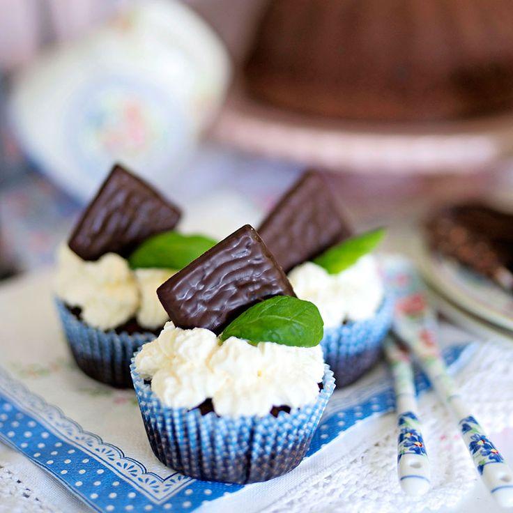 Himmelskt goda muffins med vispgrädde och en After Eight på toppen.
