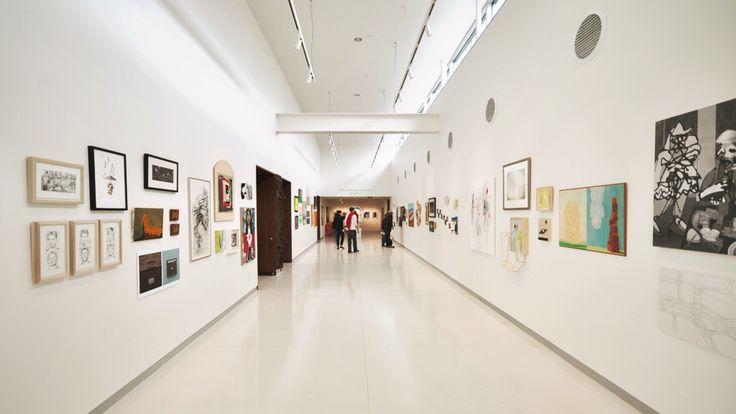 The Bubbler : La Galerie (60m2) se trouve au dernier étage de la bibliothèque et est adjacente à une grande salle de réunion pouvant accueillir plus de 100 personnes. La galerie permet d'exposer les créations des usagers de la bibliothèque ainsi que les œuvres des artistes en résidence, et de tenir des événements divers avec des kiosques. Elle offre aussi à ses visiteurs une collection permanente.
