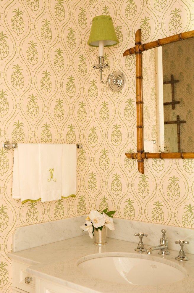 Зеленые обои в интерьере: как придать пространству свежести и 50+ лучших сочетаний http://happymodern.ru/zelenye-oboi-v-interere-55-foto-kak-sdelat-komnatu-uyutnoj/ Эклектичная ванная с принтом зеленого цвета в виде ананаса и бамбуковой рамой для зеркала подчеркивают тропическую тематику оформления интерьера