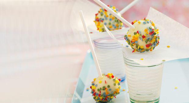 Cake pops au chocolat blanc Réalisez ces cake pops au chocolat blanc, pour le buffet d'un goûter d'anniversaire. Super fun!