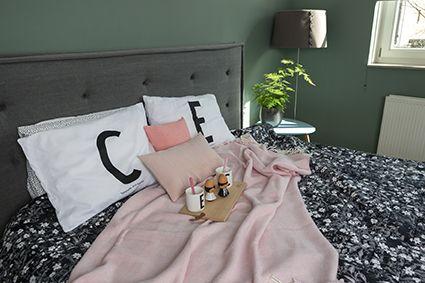 Heerlijk warme roze sprei van cashmere met merino. In visgraat motief. merk: John Hanly. Bij webshop Ookinhetpaars.