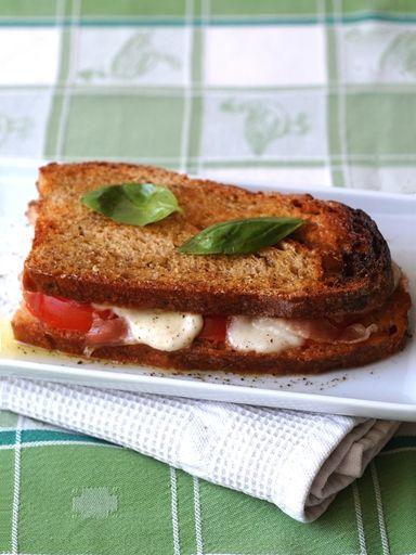 tomate, jambon blanc, huile d'olive, mozzarella, parmesan, pain de mie, basilic