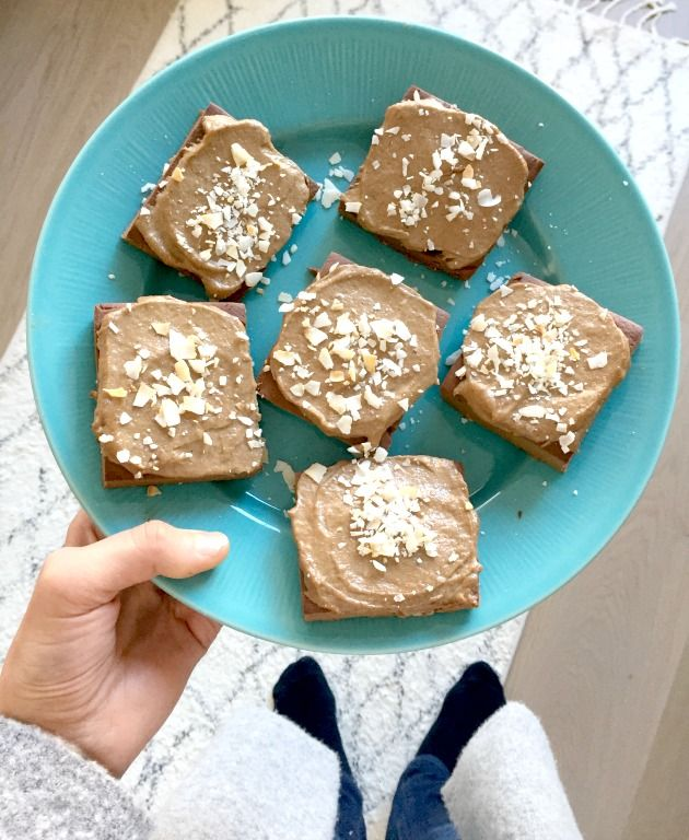 Laiska (tai pitäisi kai sanoa liian kiireinen) leipuri ilmoittautuu! Lähiaikoina ei ole tullut kokattua keittiössä arkiruokaa ihmeellisempää. Vaikka tavallinen arkiruokakin on mielestäni herkullista (en ymmärrä, miksi pitäisi syödä pahaa tai mautonta ruokaa), ei kummoisempia reseptejä ole tullut kehitettyä. Kunnes tuli vappu. Päätimme nimittäin tilata vappuruoat valmiina, jolloin itse säästymme kokkaamiselta. Erittäin hyvä päätös meille lapsiperheellisille, mutta itselleni varsin…