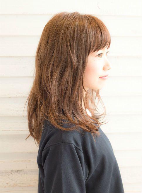 伸ばしかけの方や髪にふんわりボリューム感が欲しい方にとてもおすすめ!ミディアム~セミディの長さで、耳上からランダムにパーマをかけることでふんわり感が出て女子度がアップします!パーマをかけることで、くしゅっとルーズでこなれ感のあるヘアアレンジもとてもしやすくなります♪
