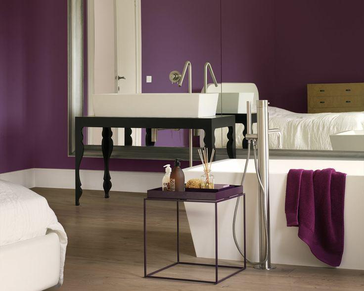 Pour une salle de bain grandiose, optez pour le pourpre royal. Les murs d'un violet profond donnent à cette salle de bain un air glamour et luxueux tandis que la coiffeuse d'inspiration baroque et l'immense miroir attirent l'œil.