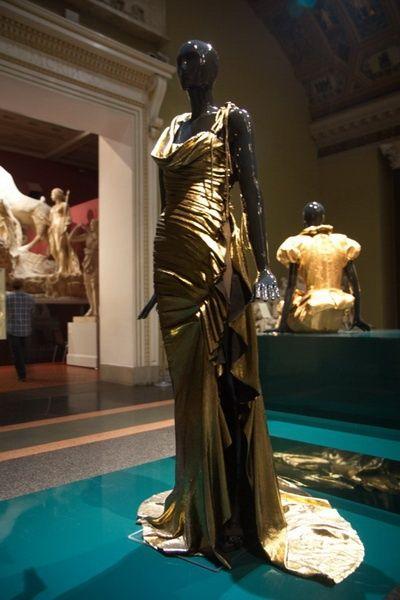 «Валентин Юдашкин. Мода в пространстве Искусства»  Коллекция «Вечный город», 2005  Haute couture  Бифлекс с напылением «золото»