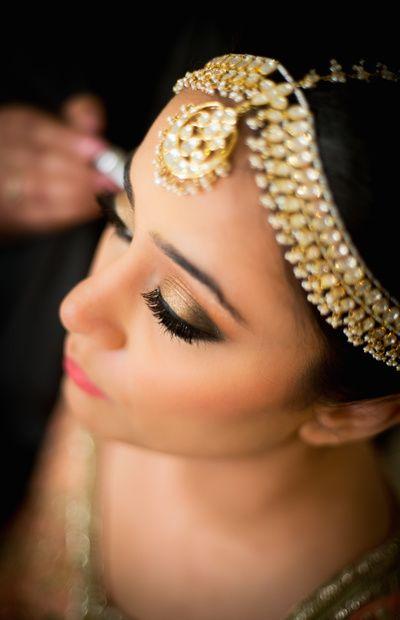 Gold eyeshadow , peach lips , gold and polki mathapatti