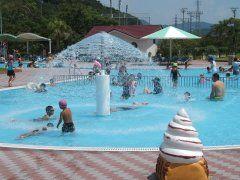 長崎県諫早市にある長崎県立総合運動公園わいわいプールは1周150mの流れるプールなどの楽しいプールが充実していながら大人でも410円で遊べるコスパの良さが魅力(o) 特にシャワー噴水があるレインドロッププールは浅いのでちびっ子達に大人気 ロッカーや更衣室シャワーもあるから快適ですよ()  #長崎 #プール #レジャースポット tags[長崎県]