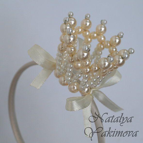 Корона выполнена из бусин, очень легкая, возможно любое цветовое исполнение. корона из бусин на ободке...