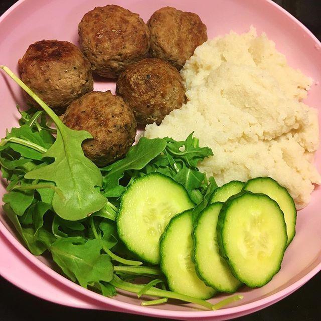 Kyckling/köttbullar med blomkålsmos!, måste fixa någon sås också men orkade ej det ikväll. Denna matlåda hamnar på runt 260 kcal. Recept= 800g nötfärs/kycklingfärs 10% • 1,5dl röda linser (förkokta) • 1 gul lök • 1 ägg & 1/2 äggvita • 1 msk maizena • salt och peppar efter smak • 1 enorm blomkål