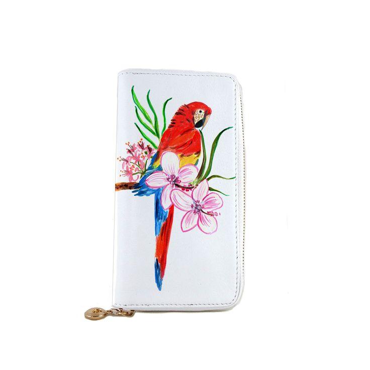 """In onore al Caldo Brasile, nasce """"Parrot"""" un portafoglio dipinto a mano con un pappagallo dai colori accessi immerso tra fiori e foglie tropicali. Scoprilo su http://www.artelisanti.it/ #artelisanti #pappagallo #portafoglio #dipintoamano #madeinitaly"""