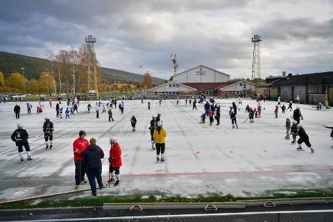 Drammens Tidende - Isglade barn åpnet ny kunstisbane